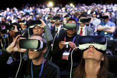 An awesome Virtual Reality pic! Participantes do Mobile World Congress em Barcelona experimentam o Gear VR óculos de realidade virtual da Samsung. O dono do Facebook Mark Zuckerberg fez uma aparição surpresa para falar sobre a parceria entre as duas empresas nesse segmento.  A Samsung não divulga as vendas de smartphones mas segundo a consultoria IDC sua participação no mercado caiu 2% em 2015 enquanto Apple Huawei e Xiaomi ampliaram suas fatias.  FOTO: Albert Gea/Reuters  #BBCSnapshot #MWC…