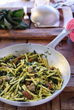 E chi l'ha detto che il cavolo nero si usa solo pe - San Valentino Ricette Love Eat, Mediterranean Recipes, How To Cook Pasta, Gnocchi, Pasta Recipes, Food Inspiration, Italian Recipes, Pizza, Veggies