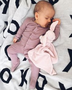 Newborn baby Pajamas keep your infant warm for sleep and bedtime snuggles! Buy your favored design, like footie p j's and classy pajama sets. Cute Little Baby, Lil Baby, Baby Kind, My Baby Girl, Little Babies, Cute Babies, Bebe Love, Cute Baby Pictures, Sleeping Baby Pictures