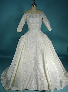 1959 Priscilla of Boston: Taffeta gown with Chantilly lace panels front and back; lovely scalloped neckline with 3 quarter length sleeves. The pleats give the skirt a lovely shape. Vintage Fashion 1950s, Vintage Gowns, Vintage Bridal, Vintage Outfits, Vintage Weddings, Vintage Hats, Victorian Fashion, Vintage Style, Old Dresses