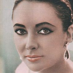 """Colored photo of Elizabeth before the premiere of """"Lawrence Of Arabia"""", 1963. #elizabethtaylor #color #movie #classic #60s #beauty #vintage #oldhollywood #love"""