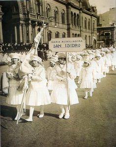 Desfile. Niñas del Colegio María Auxiliadora de San Isidro, en la conmemoración de la obra de Don Bosco. Octubre 1924