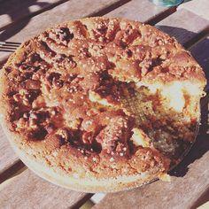 Jag brukar inte dela med mig av recept här på bloggen. Men idag vill jag ändå göra det eftersom min sambo bakade världens godaste äppelkaka med mandelmassa och hemlagad vaniljsås förrahelgen....