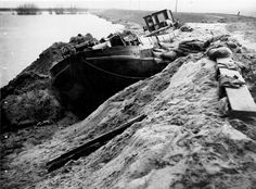 watersnoodramp 1953. Schipper evergroen redt de krimpenerwaard bij schielands hogezeedijk door zijn schip in het zojuist ontstane gat in de dijk te varen.