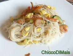 Spaghetti di riso con gamberi e verdure (ricetta cinese). Ricetta cinese dei noodles di riso con gamberi, verdure (carote e zucchine) e uovo