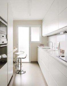 47 veces he visto estas serenas cocinas modernas. White Galley Kitchens, Galley Kitchen Design, Modern Kitchen Design, Home Kitchens, Small Kitchens, Kitchen Furniture, Kitchen Interior, Kitchen Decor, Minimal Kitchen
