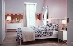 Ein Schlafzimmer, u. a. eingerichtet mit MUSKEN Bettgestell in Weiß.