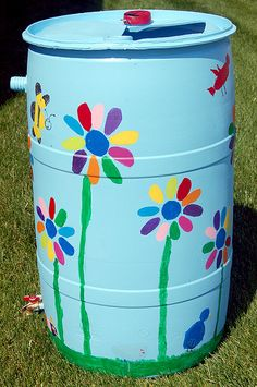 Rain Barrel Art Design flowers Garden Deco, Garden Art, Painting Galvanized Metal, Painted Trash Cans, Outdoor Shelves, Barrel Projects, Art N Craft, Recycling Bins, Upcycled Crafts