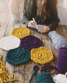 mini hexagons www. Crochet Circles, Crochet Blocks, Crochet Squares, Crochet Blanket Patterns, Crochet Doilies, Crochet Stitches, Crochet Teddy, Love Crochet, Knit Crochet