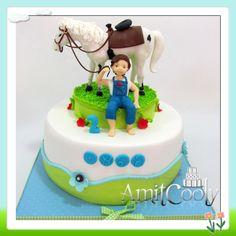 עוגה מעוצבת עם סוס לבן וילד