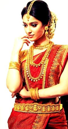 #stunning #traditional #indian #saree in #red and #gold with #vaddanam