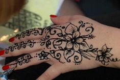 Henna is used in Bride Make-up but now it is also used to design Tattoo and tattoo designed by it is temporary ,that's why most of people preferring it now a days.So Check out the list of selected Henna tattoos . Cool Henna Tattoos, Cute Henna, Exotic Tattoos, Henna Ink, Simple Henna Tattoo, Henna Tattoo Hand, Henna Tattoo Designs, Tattoo Ideas, Tatoos