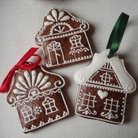 Gingerbread house ideas for embroidery holiday brooch. Royal Icing Gingerbread House, Homemade Gingerbread House, Christmas Gingerbread House, Noel Christmas, Christmas Baking, Gingerbread Cookies, Gingerbread Houses, Christmas Biscuits, Christmas Cookies