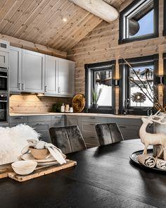 Cabin Homes, Log Homes, Kitchen Decor, Kitchen Design, Chalet Interior, Modern Cottage, Interior Decorating, Interior Design, Cabin Interiors