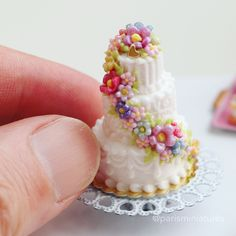 Summer Wedding Ideas The summer wedding season is kicking off here so have a look at this miniature wedding cake I made this week! Best wishes if you're tying… - Polymer Clay Cake, Polymer Clay Miniatures, Polymer Clay Charms, Dollhouse Miniatures, Miniature Crafts, Miniature Food, Miniature Dolls, Clay Crafts, Diy Clay