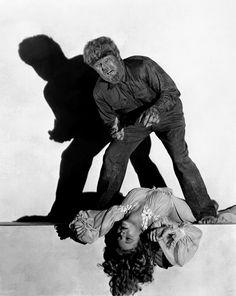"""n """"El Hombre lobo"""", Lon Chaney Jr. ceñido a una máscara con piel de yakat. La chilena Evelyn Hankers es su víctima."""