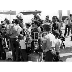EVACUACIÓN DEL PERSONAL CIVIL A BORDO DE BARCOS ESPAÑOLES:1975 Descarga y compra fotografías históricas en | abcfoto.abc.es