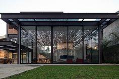 A estrutura metálica utilizada na casa AM, com arquitetura de Monica Drucker, tem acabamento especial em pintura antiabrasiva jateada - que prepara o metal para receber a demão final ? em cor um pouco mais escura que o cobre e resistente a ação do tempo.