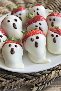 appetizers for party heading to a halloween party and looking for a spooky treat? these 15 Halloween party appetizers are yummy but theyre also eeasy to make! Halloween is one of t Comida De Halloween Ideas, Dulces Halloween, Postres Halloween, Dessert Halloween, Halloween Party Appetizers, Snacks Für Party, Halloween Food For Party, Spooky Halloween, Halloween Brownies