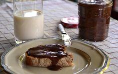 Milujete Nutellu, ale po přečtení složení se vam udělalo nevolno? Chápeme apřinášíme řešení. Udělejte si vlastní - poctivý, oříškový, bez palmového oleje a zbytečných éček. Je skvělá na pečivu, na přípravu dezertů i jako krém do všechmožných druhů koláčů. Ingredience l hrnek lískových oře