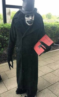 This very accurate Babadook cosplay. : creepy - COSPLAY IS BAEEE! Tap the pin now to grab yourself some BAE Cosplay leggings and shirts! From super hero fitness leggings, super hero fitness shirts, and so much more that wil make you say YASSS! Costume Halloween, Halloween Diy Kostüm, Halloween Vintage, Scary Halloween Decorations, Halloween Horror, Halloween Garden Ideas, Scariest Halloween Costumes Ever, Scary Halloween Makeup, Spooky Halloween Costumes