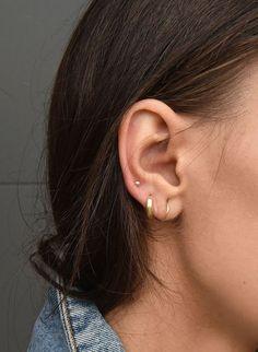 Trending Ear Piercing ideas for women. Ear Piercing Ideas and Piercing Unique Ear. Ear piercings can make you look totally different from the rest. Tragus Piercings, Ear Peircings, Cute Ear Piercings, Piercing Tattoo, Three Ear Piercings, Middle Cartilage Piercing, Body Piercings, Crystal Earrings, Diamond Earrings