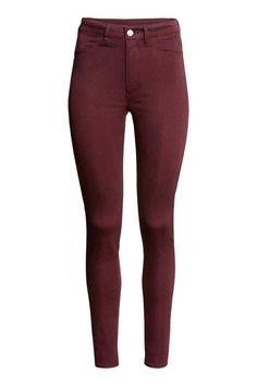 Pantalon Taille haute: Pantalon en twill lavé super extensible avec jambes fines et taille haute. Modèle avec fausses poches devant et vraies poches dans le dos.
