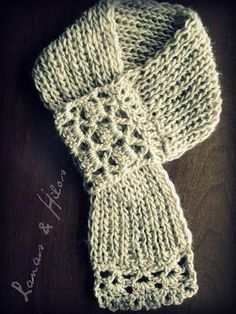CUELLOS: Bufandas cortas The Cowls are fashinable now. They are short scarves or neckwarmers. Crochet Hooded Scarf, Crochet Collar, Crochet Scarves, Crochet Shawl, Crochet Clothes, Knit Crochet, Short Scarves, Knitting Patterns, Crochet Patterns