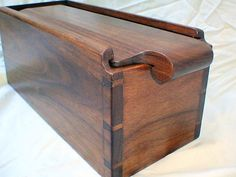 [Box with interesting handle; joinery impresses as well. Then there is the paneled top. Small Woodworking Projects, Small Wood Projects, Woodworking Box, Box Joint Jig, Box Joints, Wooden Keepsake Box, Keepsake Boxes, Dovetail Box, Wooden Box Designs
