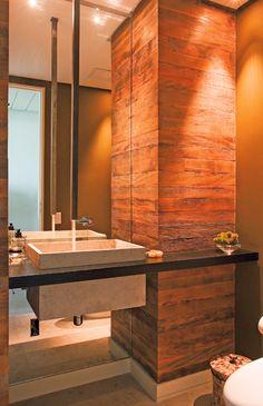 iluminação banheiro de madeira