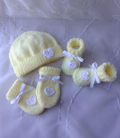 Booties Crochet, Baby Booties, Knit Crochet, Crochet Hats, Knitting Videos, Baby Hats, Pink Grey, Baby Dress, Making Ideas