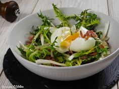 Salade de pissenlits et oeuf mollet