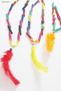 Feather Pasta Necklace Craft (via Mood Kids) indiannecklace Thanksgiving Crafts, Fall Crafts, Crafts For Kids, Arts And Crafts, Native American Crafts, American Indians, Wild West Crafts, Collar Indio, Pasta Crafts