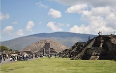 Serie: Pirámides de Teotihuacan  Fotografía: Calzada de los muertos y la pirámide de la Luna  Por: Alondra Carreón