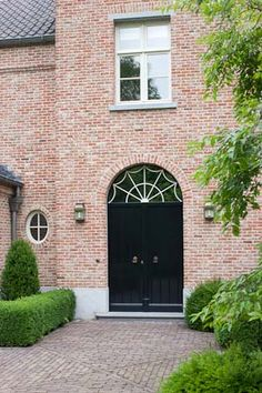 Just wanted to share this beautiful belgian home with you, from my favorite belgian architect: Frank Missotten