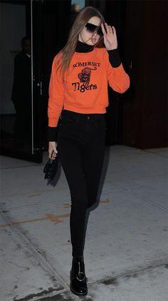 Gigi Hadid usa sobreposição de moletom com turtleneck e calça cintura alta.