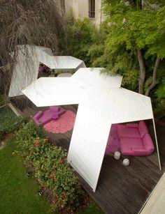 tente de jardin par Paola Lenti avec des meubles en couleur cyclamen