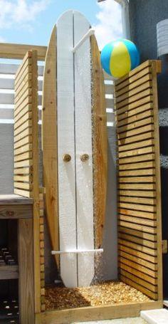 Outdoor dusche Außendusche mit Surfbrett How To Choose Curtains Or Blinds For Your Home The curtains Outdoor Baths, Outdoor Bathrooms, Outdoor Kitchens, Outdoor Rooms, Outside Showers, Outdoor Showers, Decoration Surf, Deco Surf, Surfboard Decor