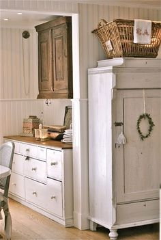 .Great idea for kitchen cabinets.  Two different colors. Dark on top and white on the bottom.