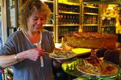 Eeterij en Drinkerij - Inn de Knip - Texel, Netherlands Lekkerste Ice tea ooit, en verschillende smaken chocolademelk waar ik ook erg benieuwd naar ben! Echt dat Britse tearoom idee met allerlei spulletjes aan de muren die te koop zijn. ZO LEUK!!!