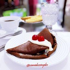 Bom dia amigas e amigos! Meu café da manhã super atrasado foi crepioca de chocolate, sim, hoje acordei querendo doce, mas que fosse saudável, daí fiz a crepioca de chocolate, recheada com geléia de blueberry e creme de ricota, por cima coloquei requeijão light e 2 cerejas. Acompanhada de 1 baguete assado, café e agua. Ficou delicioso #cafe #cafedamanha #dehoje #domingo #sunday #tagsforlikes #likes #crepioca #chocolate #choco #cereja #gastronomia #gourmet #bomdia #delicia #delicioso #facil…