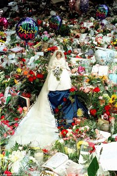 Over one million floral bouquets were left outside Princess Diana's home in Kensington Gardens Princess Diana Memorial, Princess Diana Funeral, Princess Diana Pictures, Princess Diana Family, Princess Elizabeth, Prince And Princess, Princess Of Wales, Diana Williams, Royal Engagement