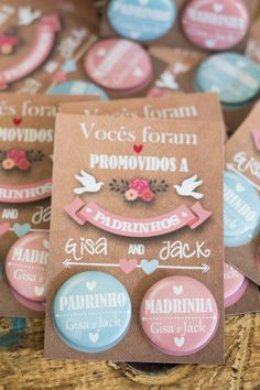 Convite para padrinhos, impressos em papel fotográfico fosco de alta qualidade, verso papel craft. Arte somente na parte frontal Buttons 45mm de alfinetes **** No caso de individual, o valor é o mesmo **** Wedding Boxes, Wedding Tips, Wedding Cards, Wedding Favors, Our Wedding, Wedding Planning, Wedding Decorations, Wedding Invitations, January Wedding