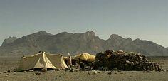 In de Sahara wonen families die voortdurend rondtrekken op zoek naar vruchtbare grond voor hun vee: nomaden. Mohamed moet ver lopen om water te halen en naar school te gaan. En door droogte wordt het steeds moeilijker om in de woestijn te overleven.