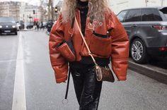 Street style: fora das passarelas de Paris fashionistas mostram como encarar as baixas temperaturas sem perder o estilo. O fotógrafo Adriano Cisani do @whatastreet mirou suas lentes para as convidadas no entre e sai dos desfiles dos primeiros dias da temporada na cidade - confira os melhores flagras no link da bio! #voguenapfw #streetstyle  via VOGUE BRASIL MAGAZINE OFFICIAL INSTAGRAM - Fashion Campaigns  Haute Couture  Advertising  Editorial Photography  Magazine Cover Designs  Supermodels…