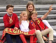 De vier kinderen van de Belgische koning Filip en koningin Mathilde zitten al helemaal klaar voor de EK-voetbalwedstrijd van vrijdagavond, 1-7-2016, tussen België en Wales. Op een foto die het hof heeft verspreid juichen prinses Elisabeth, prins Gabriël, prins Emmanuel en prinses Eléonore getooid met rode sjaals het nationale elftal alvast toe.