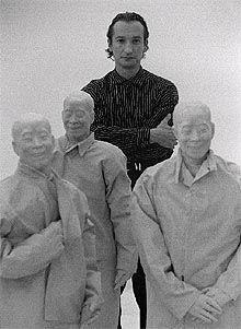 Juan Muñoz, en la exposición antológica dedicada a su obra en el palacio de Velázquez de Madrid en 1996 / LUIS MAGAN