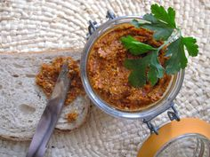 Tomato & sunflower seed *pâté*, better than its meaty counterpart Vegetarian Cooking, Vegetarian Recipes, Healthy Recipes, Vegan Food, Healthy Food, No Salt Recipes, Dip Recipes, Pesto Sauce, Mets