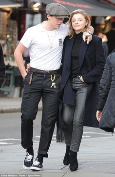 Brooklyn Beckham enjoys romantic lunch date with Chloe Moretz Couple Outfits, Casual Outfits, Men Casual, David Beckham Style, Celebrity Style Inspiration, Celeb Style, Brooklyn Beckham, Outfits Hombre, Fashion Clothes