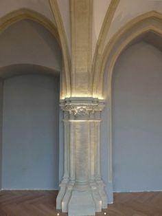 LED Beleuchtung von Kapitellen in einer historischen Villa English Cottage Interiors, Arch Light, Blitz Design, Architectural Lighting Design, Interior Columns, Restaurant Lighting, Light Architecture, Old Building, Outdoor Lighting